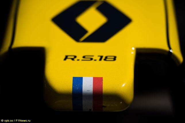 Логотип Renault на носовом обтекателе машины