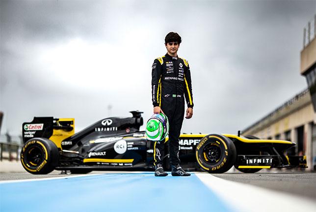 Чао Коллет у машины E20 с двигателем Renault