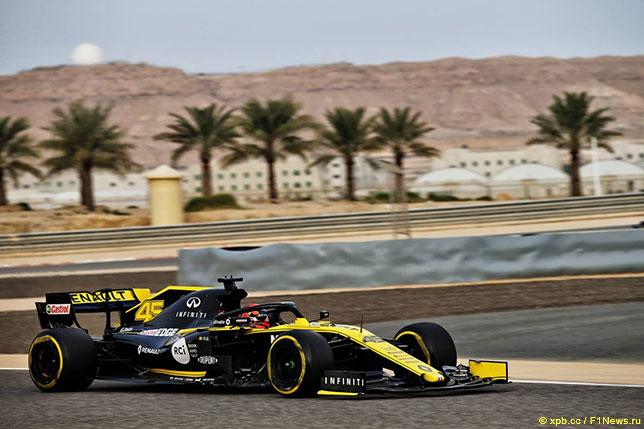 Джек Эйткен за рулём R.S.19 на тестах в Бахрейне