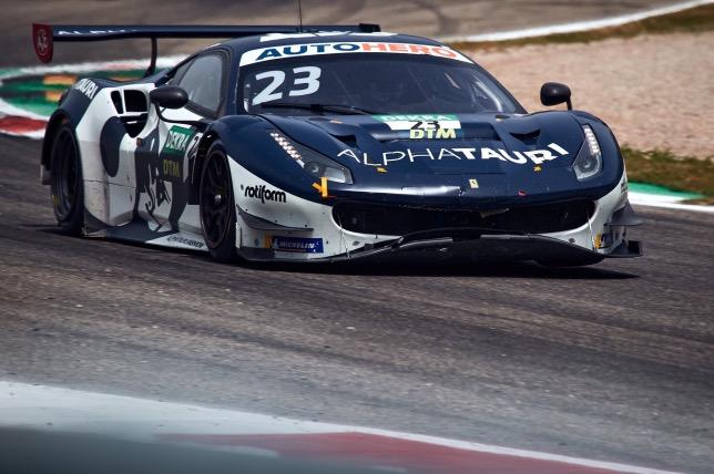 Александер Элбон за рулём Ferrari 488 на трассе в Монце