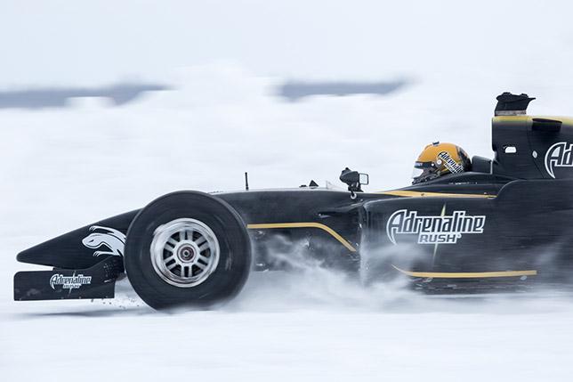 Михаил Алёшин во время рекордного заезда на льду озера Ловозеро