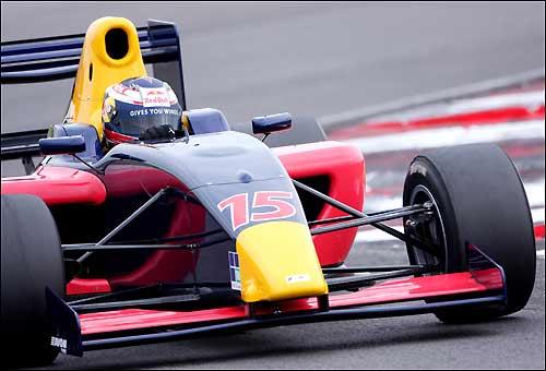 Михаил Алешин на трассе в Снеттертоне за рулем машины Формулы 2
