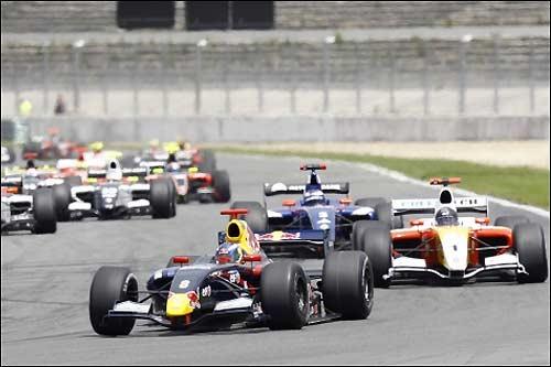 Старт гонки: первые три позиции занимают Даниэль Риккардо, Натаниэль Бертон и Михаил Алешин