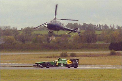 Момент сьемок: Александер Росси за рулем Caterham CT03 в Маньи-Кур