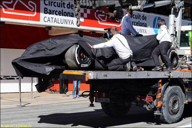 Поврежденную McLaren MP4-30 доставили в боксы