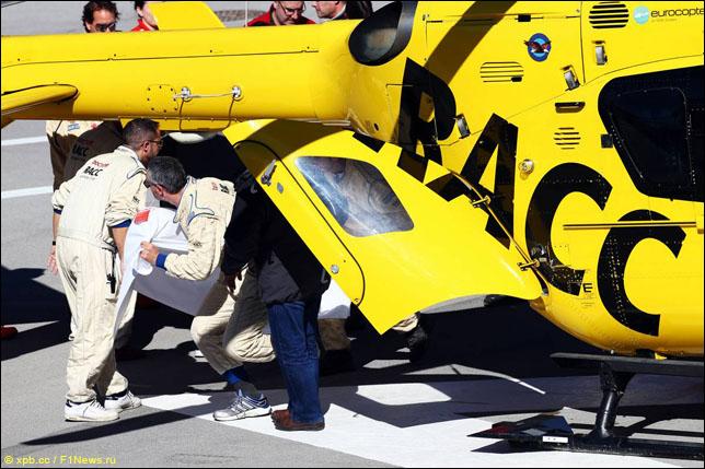 Фернандо Алонсо переносят в медицинский вертолет