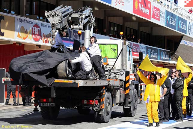 Машина Фернандо Алонсо после аварии, доставленная на эвакуаторе в боксы McLaren