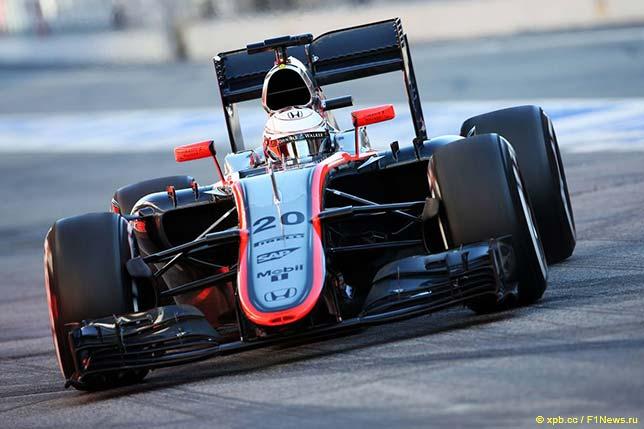 Кевин Магнуссен за рулём McLaren MP4-30 на тестах в Барселоне