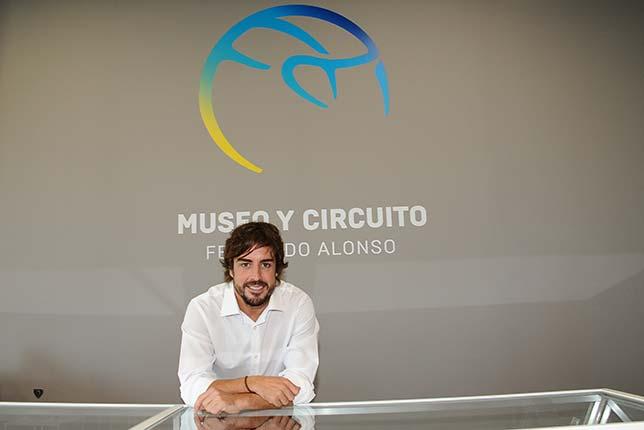 Фернандо Алонсо на открытии своего музея