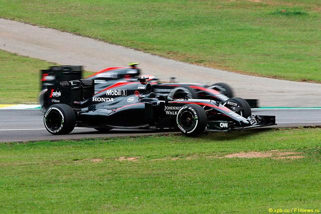 Дженсон Баттон проезжает мимо машины Фернандо Алонсо во второй тренировке в Интерлагосе