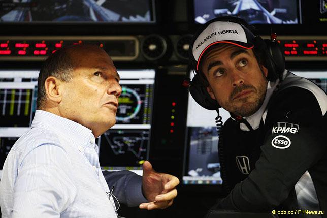 Фернандо Алонсо (справа) и Рон Деннис, исполнительный директор McLaren