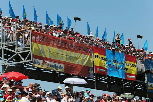 Испанские болельщики всегда страстно поддерживают Фернандо Алонсо