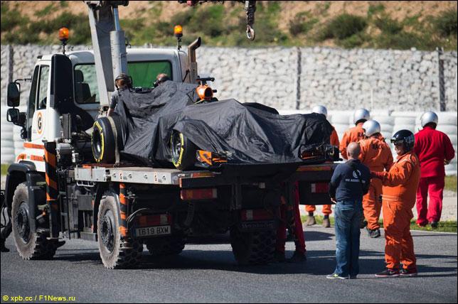 Маршалы эвакуируют машину Фернандо Алонсо
