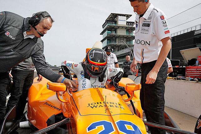 Фернандо Алонсо покидает кокпит после первых тестов в Индианаполисе