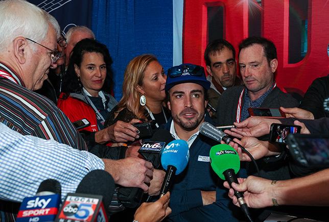 Фернандо Алонсо во время медиа-дня в Индианаполисе