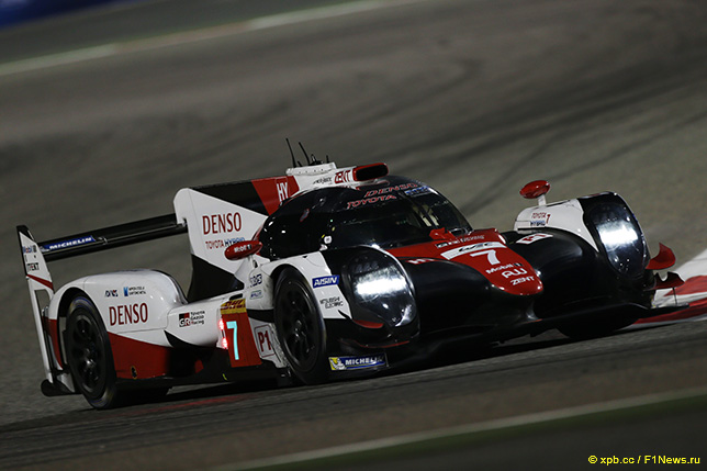 Спортпротип Toyota TS050 на трассе в Бахрейне