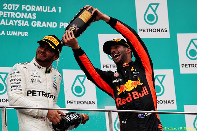 Льюис Хэмилтон и Даниэль Риккардо на подиуме Гран При Малайзии
