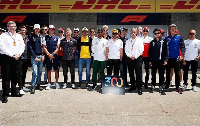Гонщики поздравляют Фернандо Алонсо