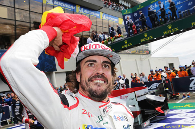 Фернандо Алонсо радуется победе в Ле-Мане