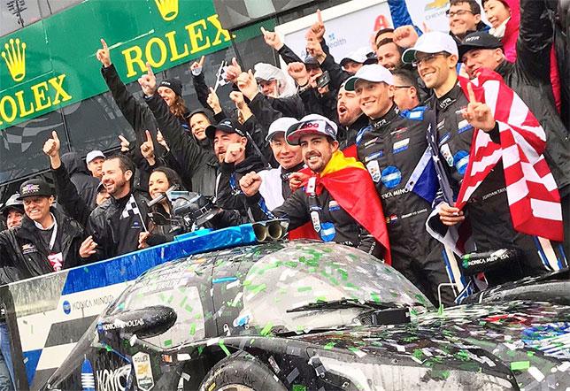Фернандо Алонсо празднует победу в Дайтоне вместе с командой