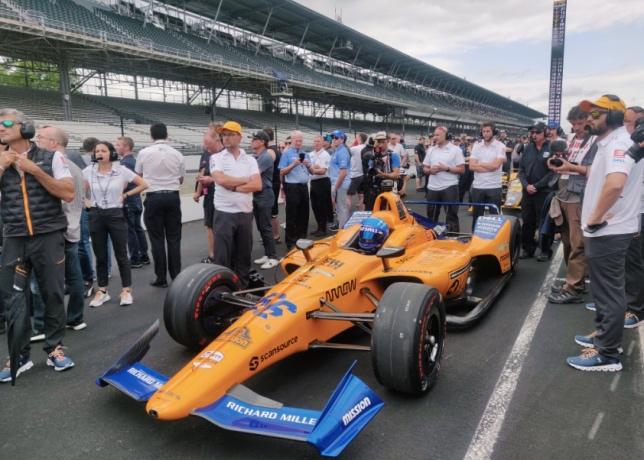 Команда McLaren на пит-лейн автодрома в Индианаполисе