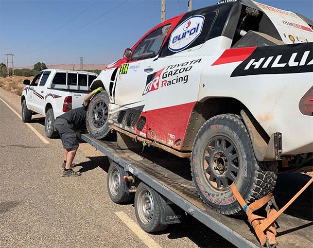 Toyota Hilux Фернандо Алонсо на эвакуаторе следует на ремонт