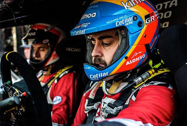 Фернандо Алонсо за рулём гоночного внедорожника Toyota Hilux