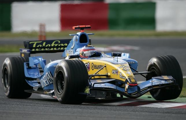 Фернандо Алонсо за рулём Renault R25 в 2005 году
