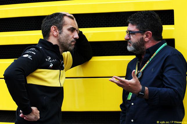 Руководитель команды Renault Сирил Абитебул и Луис Гарсия Абад, менеджер Фернандо Алонсо