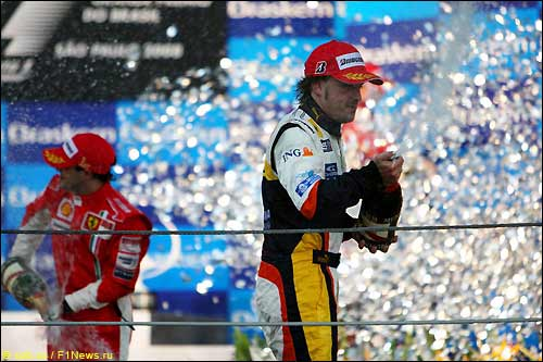 Фернандо Алонсо на подиуме Гран При Бразилии