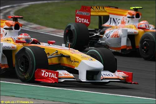 Через несколько секунд машина Фернандо Алонсо потеряет колесо...