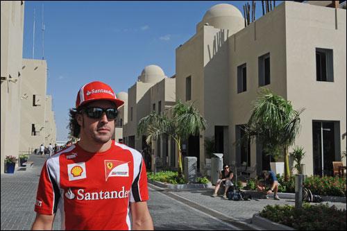 Фернандо Алонсо в паддоке Гран При Абу-Даби