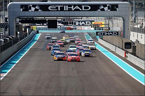 Старт гонки V8 Supercars в Абу-Даби