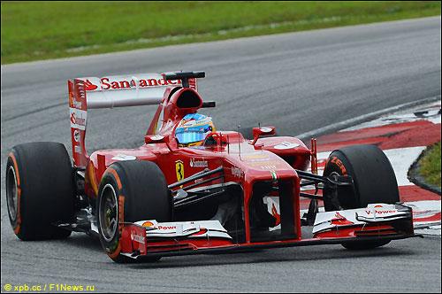 Фернандо Алонсо за рулем F138 на трассе в Малайзии