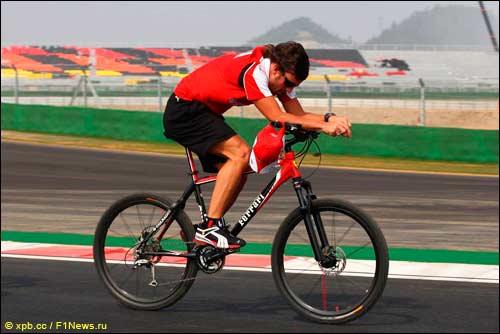 Фернандо Алонсо за рулём велосипеда