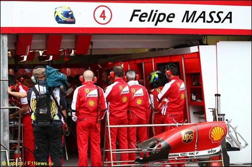 Механики Ferrari пытаются починить машину Массы в квалификации