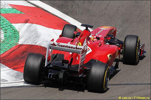 Фернандо Алонсо за рулем F138 во время квалификации на Нюрбургринге