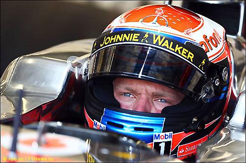Кевин Магнуссен за рулём McLaren на тестаах в Сильверстоуне, июль 2013 года