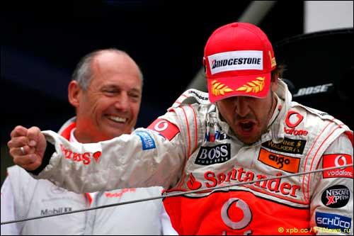 Рон Деннис и Фернандо Алонсо после победы Гран При Германии 2007
