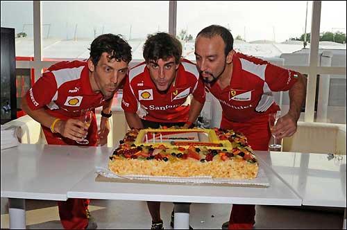 Команда Ferrari поздравляет Фернандо Алонсо