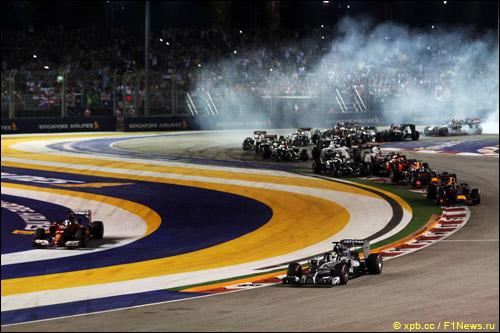 Фернандо Алонсо срезает первый поворот в Сингапуре