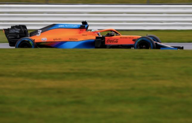 McLaren MCL35M на трассе в Сильверстоуне