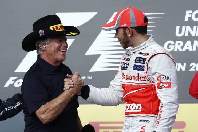Марио Андретти поздравляет Льюиса Хэмилтона с победой в Гран При США 2012 года