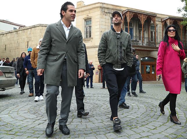 Ариф Рагимов (слева) показывает Даниэлю Риккардо старый Баку, фото пресс-службы Baku City Circuit