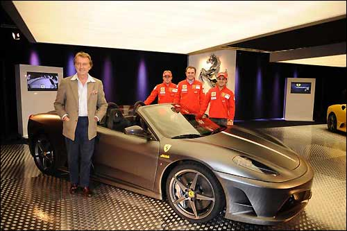 Руководители и гонщики Ferrari рядом со Scuderia 16M