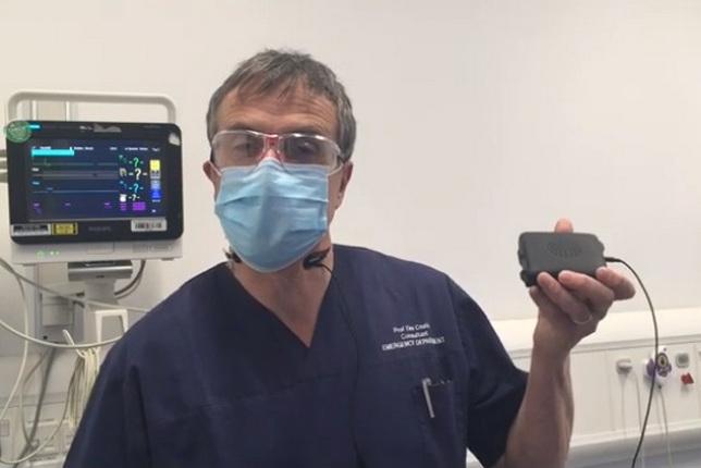 Профессор Тим Коатс, консультант по неотложной медпомощи, демонстрирует MediCom