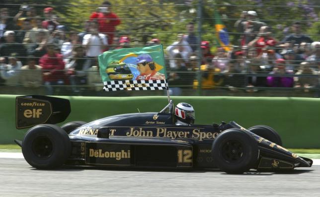 Герхард Бергер за рулём исторической Lotus 98T, на которой в 1986-м выступал Айртон Сенна. Имола, 2004 год