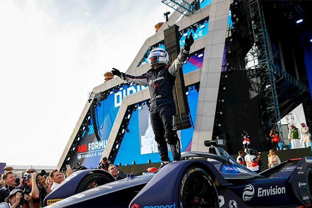 Сэм Бёрд празднует победу в первой гонке нового сезона