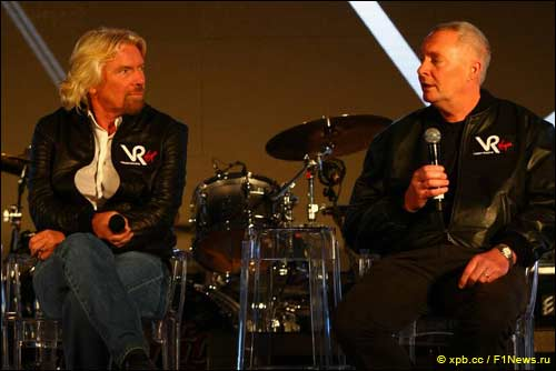 Ричард Брэнсон и Джон Бут на презентации Virgin Racing