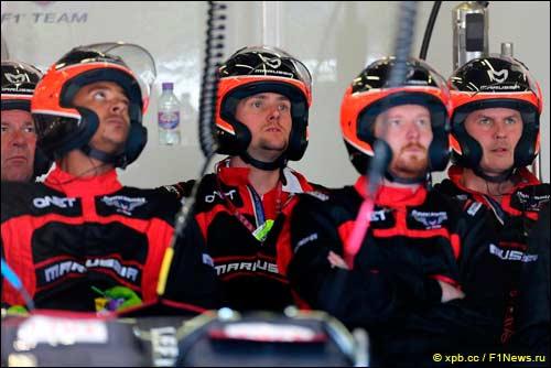Механики Marussia наблюдают за ходом гонки